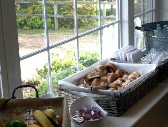 Craigville Beach Inn: Continental Breakfast