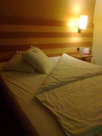 IntercityHotel Frankfurt Airport : The bed