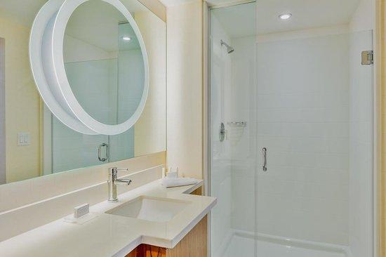 SpringHill Suites Anaheim Maingate: Spacious Bathroom