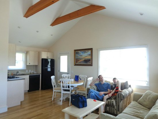 Sands Motel: cottage living room, dining and kitchen areas