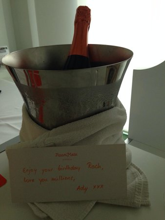 Room Mate Pau : Bottle of Cava for a birthday suprise.