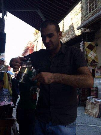 Keyf-i Mekan Cafe And Restaurant: sirviendo os el te de manzana al que te invita