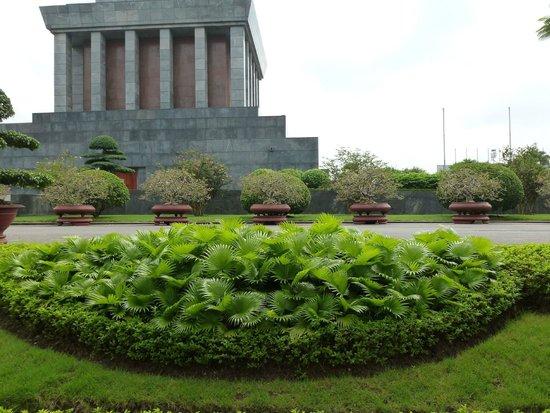 HanoiKids Tour: Ho Chi Minh Mausoleum