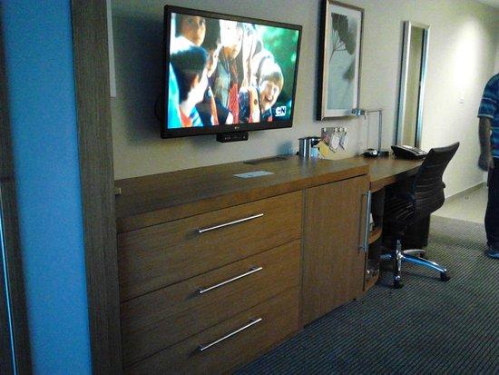 Hyatt Place Manati: TV, Drawer and Desk