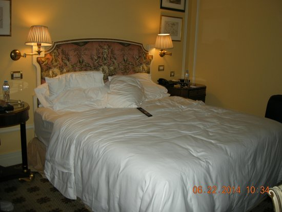 Hotel Grande Bretagne, A Luxury Collection Hotel: unmade bed