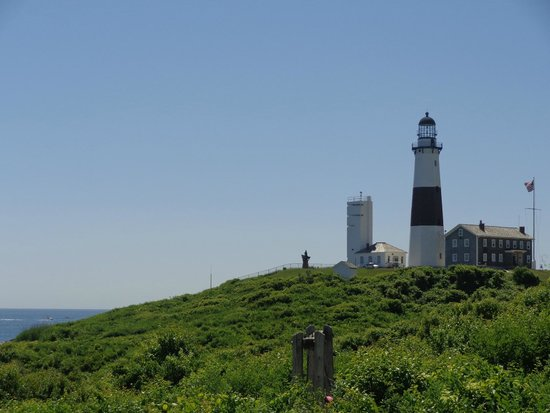 Montauk Point Lighthouse: view of the lighthouse from the parking lot