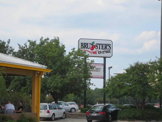 Days Inn Florence Near Civic Center: Brusters excellent home made Ice Cream nearby