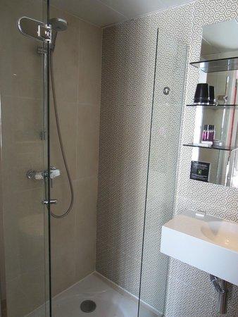 Hotel Design Sorbonne : Bathroom--shower is FULLY ENCLOSED!