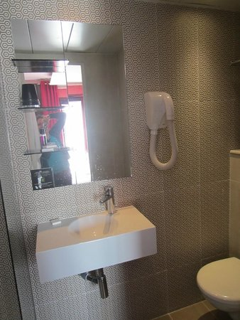 Hotel Design Sorbonne: Small toilet and sink make for tight bathroom squeeze