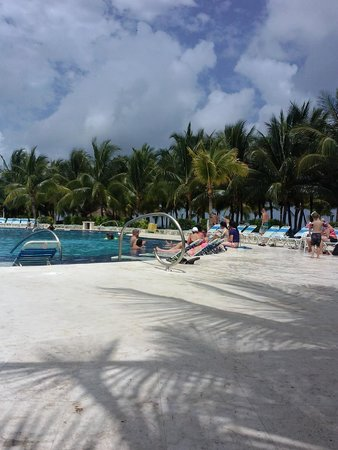 Paradise Beach: The pool