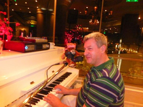 The Athenian Callirhoe Exclusive Hotel: Awesome piano player