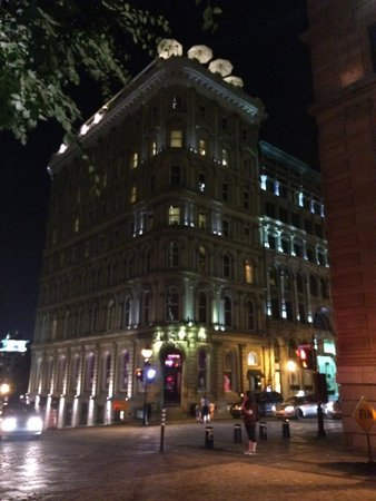 Hotel Place d'Armes: Hotel at night across from cathedral square