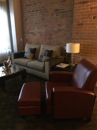 Le Place d'Armes Hotel & Suites: sitting area in room
