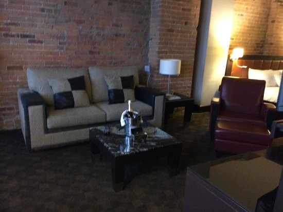 Le Place d'Armes Hotel & Suites: sitting area of room