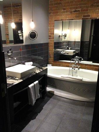 Le Place d'Armes Hotel & Suites: bathroom