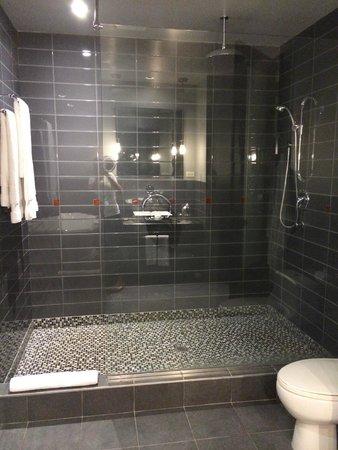 Le Place d'Armes Hotel & Suites: bathroom shower
