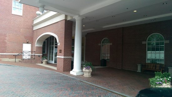 Stonewall Jackson Hotel and Conference Center: Front Entrance