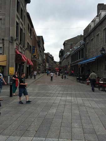 Le Place d'Armes Hotel & Suites: Old Montreal street close to hotel