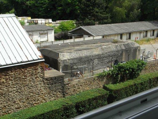 Campanile Paris Est - Bobigny: View of WW2 blockhouse from room window.