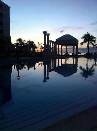 Sandals Royal Bahamian Spa Resort & Offshore Island: tramonto in piscina