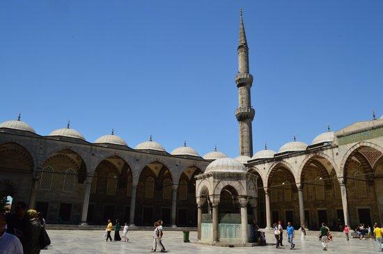 vue de la cour int rieure picture of blue mosque istanbul tripadvisor. Black Bedroom Furniture Sets. Home Design Ideas