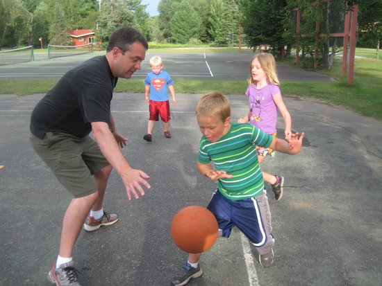 Holiday Acres Resort: Dads and kids have fun playing basketball!