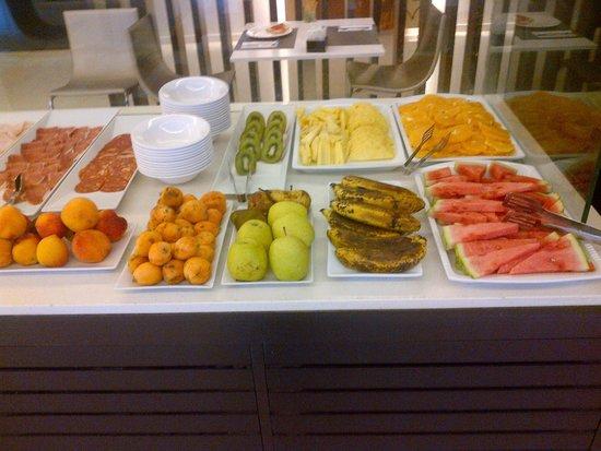 NH Puerto de Sagunto: Frutas seleccionas y variedad