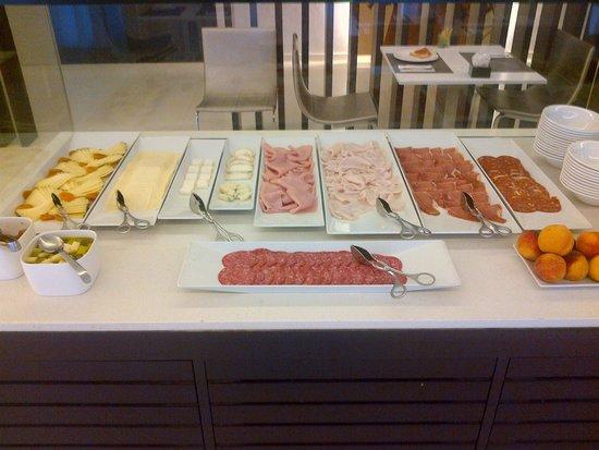 NH Puerto de Sagunto: Variedades de jamones y quesos.