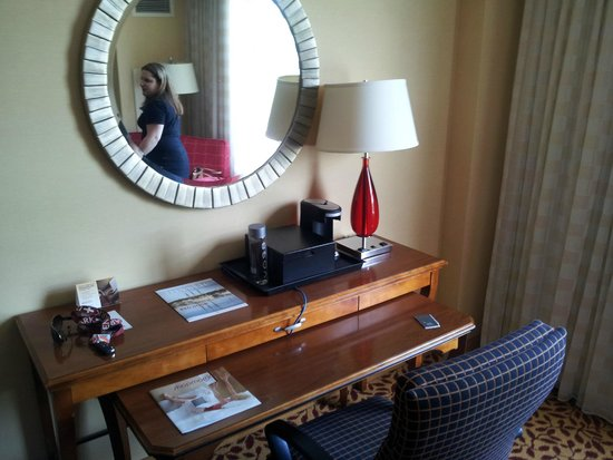 Mystic Marriott Hotel & Spa: Desk area