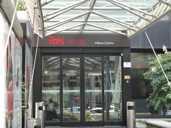 Ibis Milano Centro: Entrance to hotel