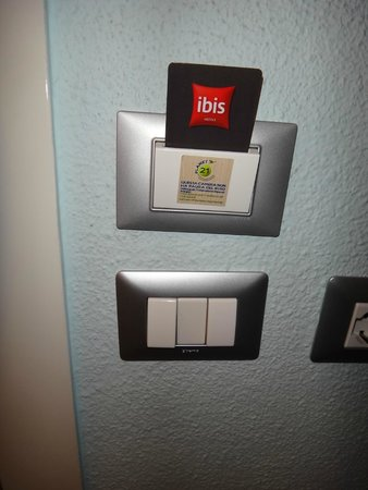 Ibis Milano Centro: Keycard required for lights to stay on in the room
