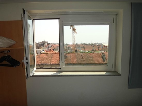 Ibis Milano Centro: Window with blinds open