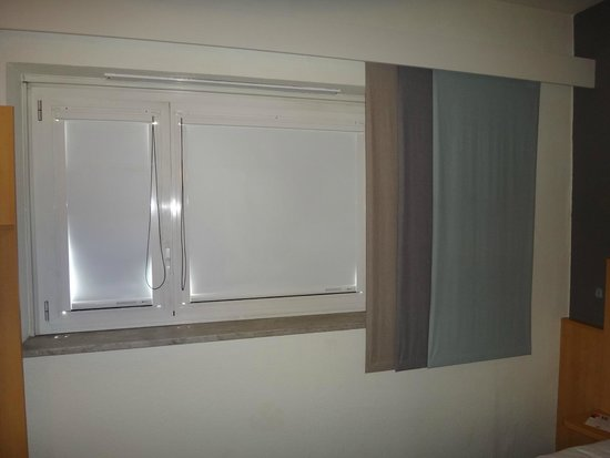 Ibis Milano Centro: Window with blinds shut