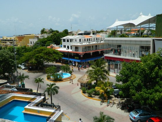 Koox Caribbean Paradise Hotel: View from our balcony, you see the pool, the ocean and the never ending people parade on Quinta