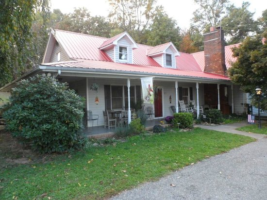 Blue Ridge Manor Bed and Breakfast: Cozy home with well-behaved pet dogs.