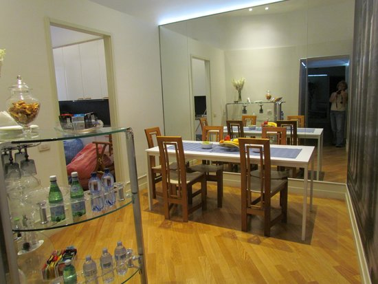 St Peter Guest House: Dining area (kitchen to the left)