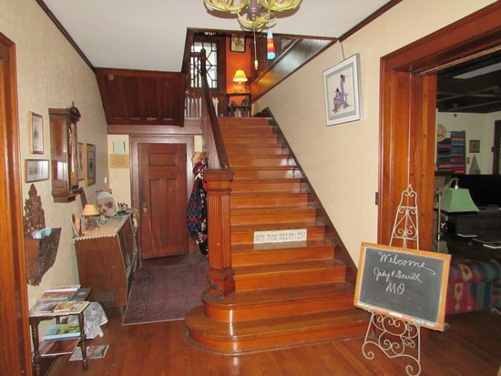 Parmele House Bed & Breakfast: Grand Entrance