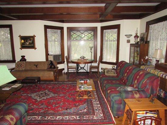 Parmele House Bed & Breakfast: Living Room