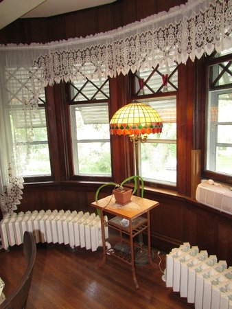 Parmele House Bed & Breakfast: Curved Radiators in the Dining Room