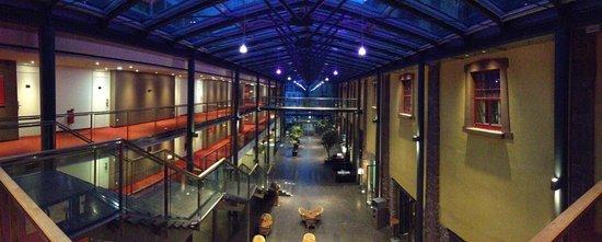 NH Heidelberg: Blick auf den Eingangsbereich und Rezeption zwischen den Gebäuden