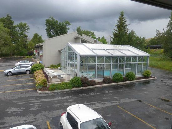 Campus Inn Missoula : The pool area and separate building