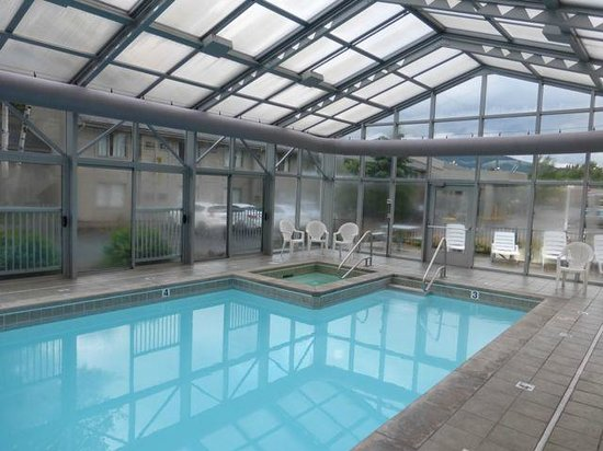 Campus Inn Missoula : Another view of the pool