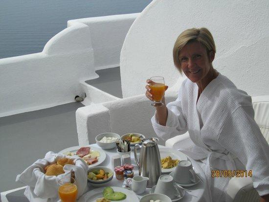 Canaves Oia Hotel: Breakfast on the balcony