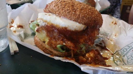 Lucky Pierrot Goryokaku Parkmae : Egg cheeseburger with chili/cheese sauce