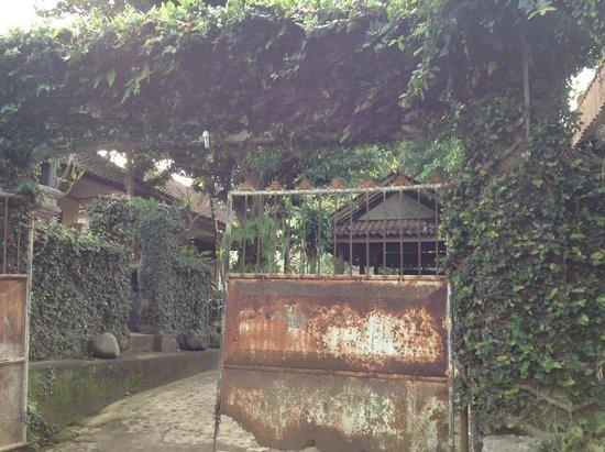 Sandat Bali : pintu masuk