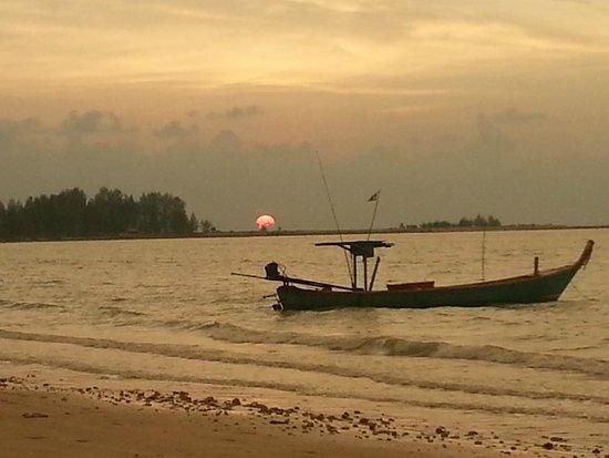 Kantary Beach Hotel Villas & Suites Khao Lak: Beach sunset