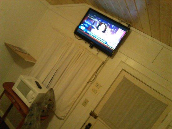 East Glacier Motel & Cabins: Flatscreen!  mounted near the ceiling