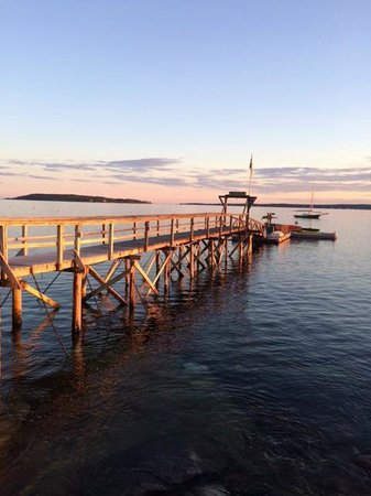 Spruce Point Inn Resort and Spa: Fishing pier