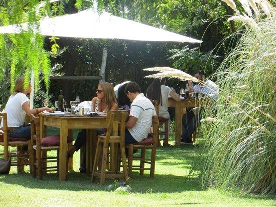 Pie de Cuba: Clientes y amigos disfrutando del sol mendocino