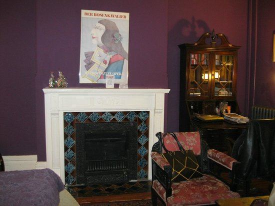 Tabard Inn: Fireplace our room